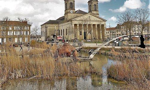 Une place accueillante, un projet écologique, des statues animales et animées, joyeusement ludiques.
