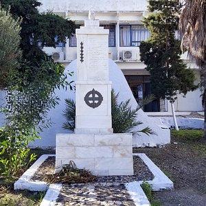 War Memorial in downtown Fira