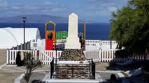 War Memorial in Oia along Nikolaou Nomikou