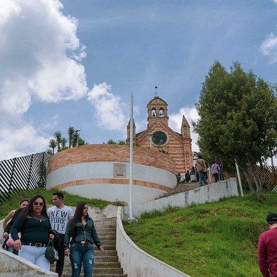 Hay dos formas de subir a la Iglesia, una son a través de las escaleras, unos 50 escalones aproximadamente, y la otra es por la vía por donde suben los carros.
