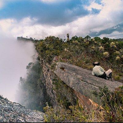 Foto tomada en el páramo Los Currucuyes, cuando nuestro guía descansaba tranquilamente sobre la piedra que está en pleno borde del abismo.