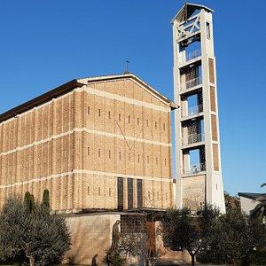 """vista laterale con """"ossatura"""" della struttura del moderno campanile"""