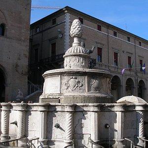 "Фонтан ""Шишка"" на площади Кавур в центре Старого города в Римини"