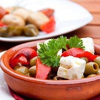 mediterranne und vegetarische Küche, Sitzplätze im Freien, Parkplätze an der Straße, Alkohol, Wein und Bier
