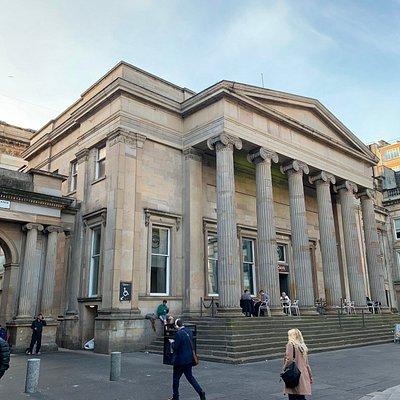 atrás do museu de arte moderna