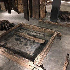 """Это реальные срубы XVI века. Вот на этом самом месте в этой избе жили тогда люди. Музеем """"накрыты"""" археологические раскопки слободы."""