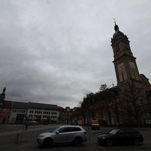 Часть площади используется для движения транспорта.