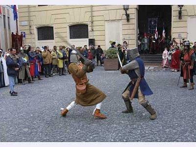 duelli in piazza davanti al palazzo
