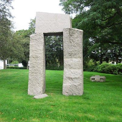 "Erik Heides granitskulptur ""Porten"""