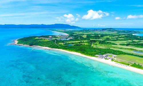 約40万平米の敷地はすべて国立公園内に有り、琉球赤瓦とサンゴ石を基調とした建物が点在し、南国の花々が咲き誇る南海の楽園。沖縄情緒溢れるリゾートで優雅な島時間をお楽しみいただけます。