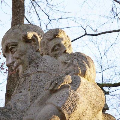 Die Skulptur wurde von der NS-Diktatur 1941 erbaut, um den Komponisten zum Vordenker einer völkischen und soldatischen Gesinnung zu stilisieren und die Sangesbewegung für den Faschismus zu vereinnahmen.
