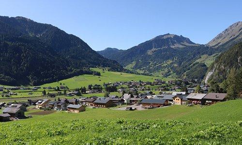 Blick auf Rehmen und das Haus Alpina
