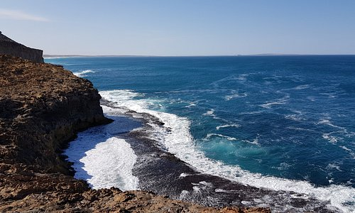 Whistling Rocks and the Blowholes Streaky Bay    the rocks with sea pounding