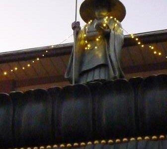 屋根の上のお坊様
