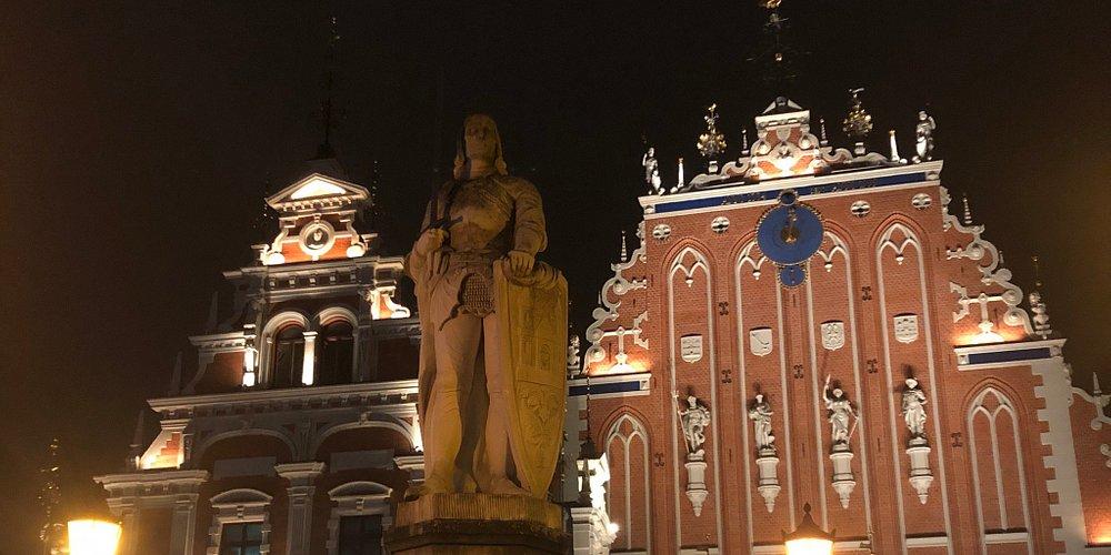 Eerste avond in oud gedeelte van Riga. Mooi veel restaurants, weinig plaatsen waar je alleen iets kan drinken. Goeie verbinding met bussen en trams