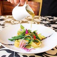 Tortelini con verde de Espinazo. Un plato lleno de colores, sabores y texturas que ya puedes ordenar en nuestro nuevo menú.  Pasta fresca rellena, ejotes, chayote, hierba santa, mole verde.