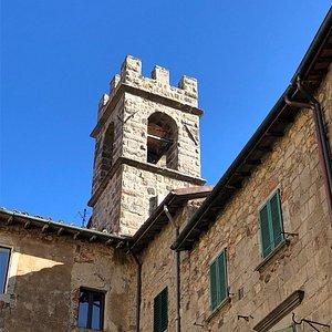 La Torre Campanaria svetta sui tetti del centro storico !