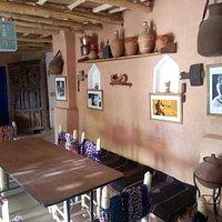 La salle intérieure, décorée avec des objets traditionnels