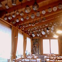 la collezione di antiche pentole in sala
