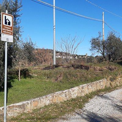 cartello indicatore con sullo sfondo San Baronto