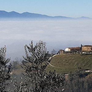 panorama del Montalbano con la nebbia della pianura