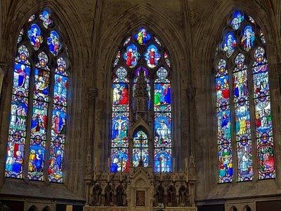 Une église claire, en bon état général mais je n'ai pas trouvé cet édifice particulièrement accueillant. Les verrières gothiques du chœur sont spectaculaires pour cette église qui doit son aspect actuel aux aménagements du 19ème siècle : l'abside, les absidioles, la crypte datent de cette époque. Pour les extérieurs, le chevet est la partie la plus intéressante à regarder, car, à l'ouest comme au nord des bâtiments enserrent l'église.