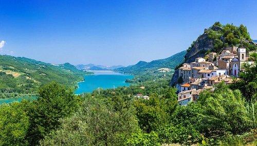 Tra le bellezze dell'Abruzzo, ve ne è una che forse è conosciuta a pochi. Avete mai sentito parlare del suo comune più piccolo? Pietraferrazzana è un pittoresco borgo di origine medievale che conta solo 132 abitanti. Ma quello per cui è famoso sono le sue dimensioni: Pietraferrazzana, infatti, con i suoi 4,3 chilometri quadrati è il comune più piccolo d'Abruzzo. Una perla di straordinaria bellezza e tranquillità, tutta da scoprire