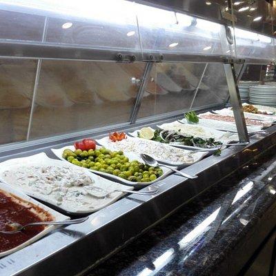 Выбор салатов и горячего достаточный. Можно сделать предварительный заказ по телефону заранее. Мне очень понравилось.Вкусно.Спасибо)