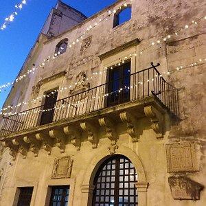 La facciata del Palazzo del sedile da cui si affacciavano gli uomini di potere.