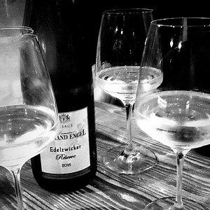 Un posto molto accogliente dove degustare ottimi vini, che Valeria sa consigliare in maniera eccelsa in base ai propri gusti,accompagnati da ottimi prodotti tipici. Complimenti!!