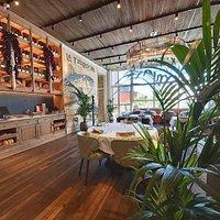 Restaurante en planta superior.
