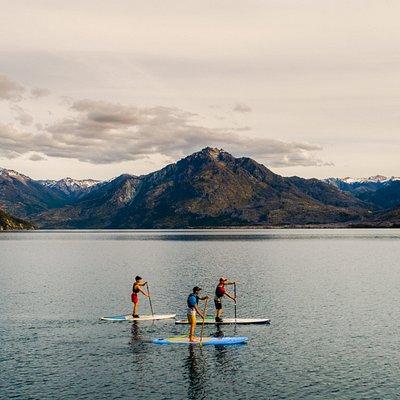La paz del Lago Epuyén en Puerto patriada , atrás el cerro Pilco Norte