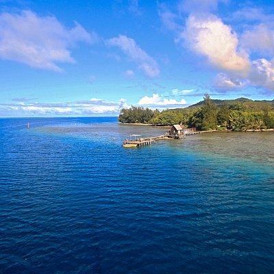 Vue de la ferme perlière. Nous sommes situé dans un très beau cadre, entre verdure et bleu du lagon. L'accès se fait par la terre en voiture/velo/scooter ou par la mer en bateau. Nous proposons aussi des mouillages gratuits dans la baie de Apu pour les voiliers qui souhaitent nous visiter.