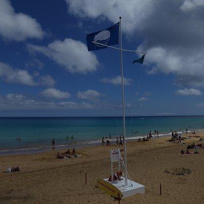 Die Blaue Flagge am Strand Praia da Fontinha