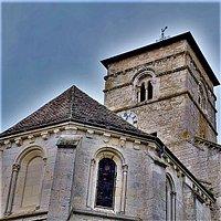 Classée en 1883, construite à la fin du 12ème et au début du 13ème siècles, quelques modifications interviendront au 15ème ou 16ème siècles. La tour-clocher, qui n'a pas été retouchée, témoigne de l'édifice primitif. Un peu de mystère émane de cette église bien conservée, qui se prête au recueillement dans l'intimité. L'architecture romane est visible, on remarque, entre-autres, les impressionnantes colonnes qui séparent la nef des collatéraux ou l'abside soutenue par des contreforts.