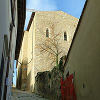 la salita che da via Fortebraccio porta alla chiesa, la cui parte posteriore è visibile sulla dx in alto