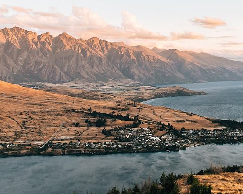 📷 @sommertageblog on Instagram. Overlooking beautiful Lake Wakatipu and The Remarkables mountain range from Queenstown Hill summit, a rewarding walk with inspiring views.