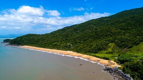 Praia Vermelha é a última praia da Trilha da Costeira de Zimbros, recebe este nome pela cor de suas areias de tom avermelhado