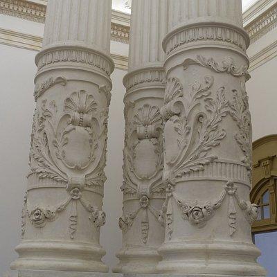 建物内部の細かな彫刻の施してある円柱