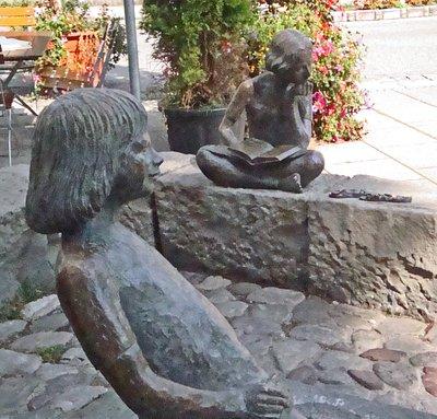 Zwei Mädchen am Brunnen