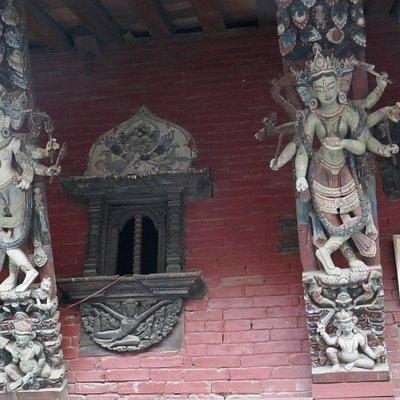 Il cortile interno (Kichandra Bahal) con le travi ed i balconi intarsiati al primo piano
