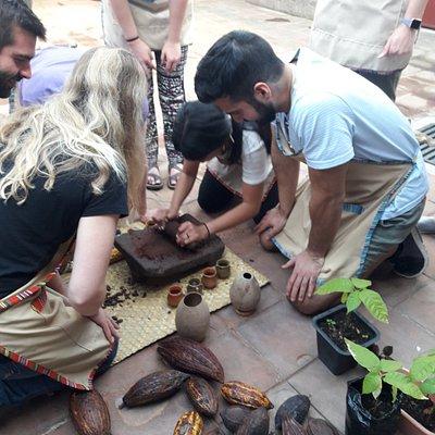 Aprender sobre la historia y proceso del cacao, ademas de  elaborar tus propias trufas de chocolate.