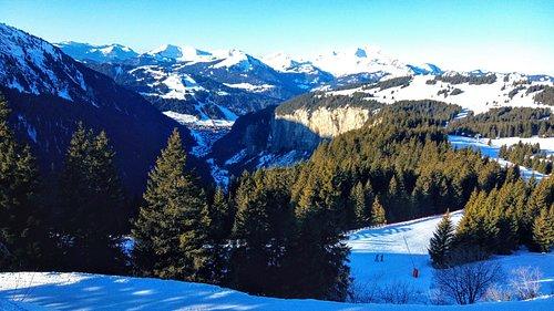 Vista di Morzine in fondo alla valle.