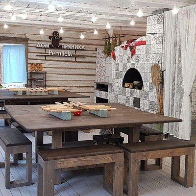 В старинном деревенском доме воссоздана атмосфера белорусской хаты с печкой, лавками и сушеными травами