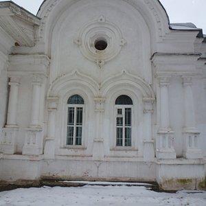 Обрамление оконных проёмов храма