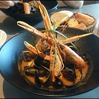 Ttoro : Soupe de poissons agrémentée de merlu, lotte , Grondin,  moules , chipirons , langoustines.