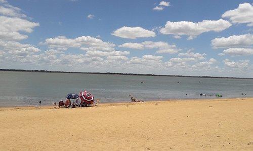 Hermosas playas de Paso de la Patria. El río Paraná estaba bajo, trandquilo y el agua clara. Los peces se te acercan, te sentis en un acuario.