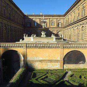 La fontana del Carciofo posta sulla terrazza soprastante il cortile interno di palazzo Pitti (cortile dell'Ammannati)
