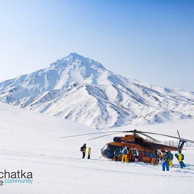 Вертолетное путешествие  Хели-ски – это особая форма фрирайда, дарит неограниченную свободу передвижения и возможность скатиться по самым диким нетронутым снежным склонам.
