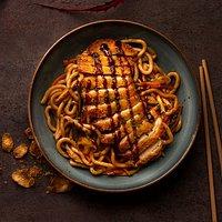 Corral Chicken Yaki Udon Yaki Udon salteados con setas shiitake, zanahoria, calabacín, brotes de soja y pechuga de pollo de corral rebozada con Corn Flakes® crujientes y salsa yakisoba